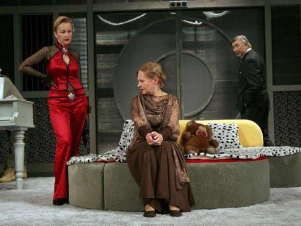 3.Елена Стефанская - слева, в красном