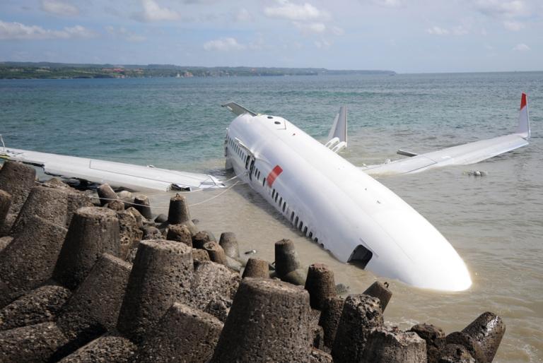 самолет пассажирский под водой фото моря