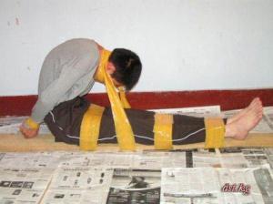 ТЮРЬМА КИТАЯ. Часть I. Чтобы получить еду во время приёма пищи, заключённые должны становиться на одно колено, обеими руками держа чашку.