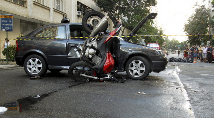 Motorcycle collides with a car in Copacabana