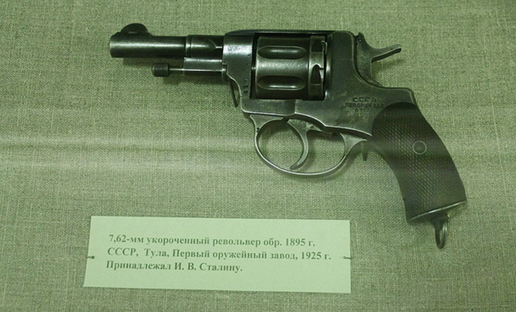 Картинки по запросу Сталин  оружие