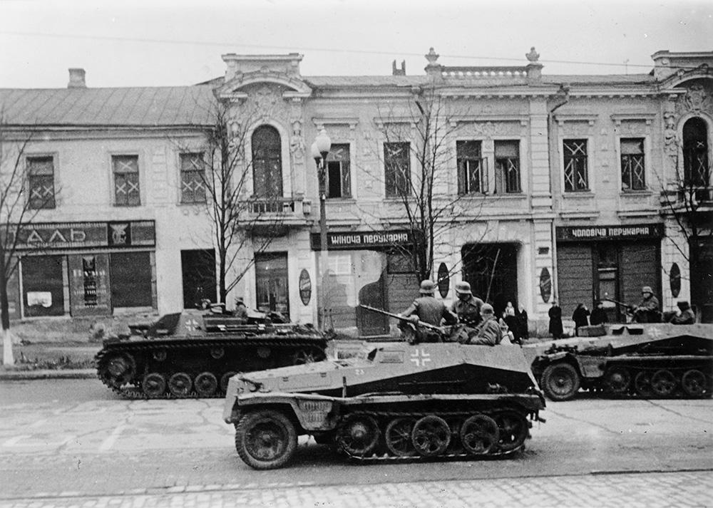 Panzerspähwagen und Sturmgeschütze in den Strassen von Charkow