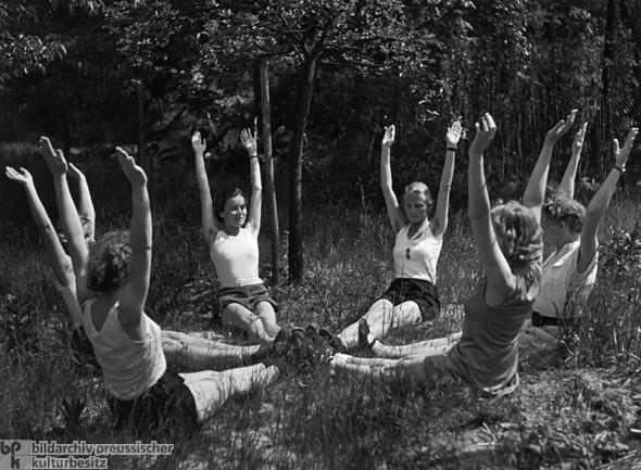 """Gymnastik im Garten der Reichsbr""""ute- und Mtterschule auf der Insel Schwanenwerder in Berlin"""