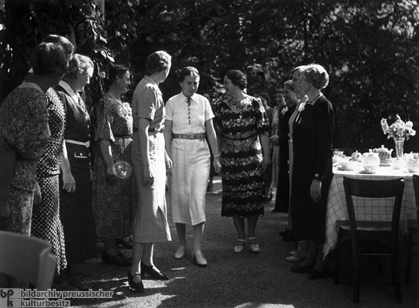 Reichsfrauenfhrerin Gertrud Scholtz-Klink (Mitte) bei einer Tagung (wahrscheinlich in Berlin auf der Insel Schwanenwerder)