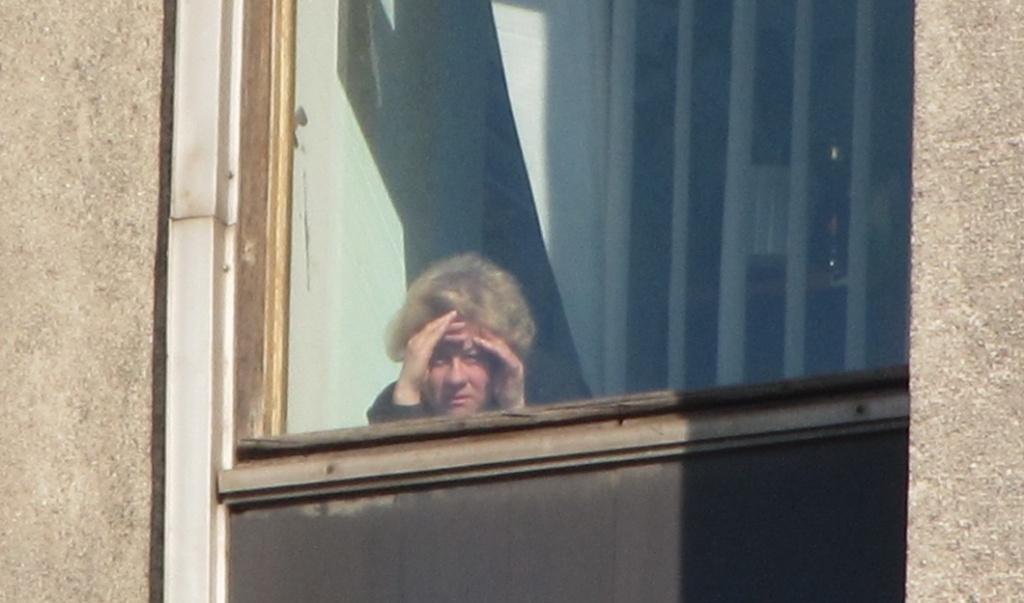 сотрудница  из окна
