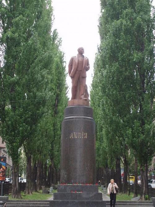 3.. Киев. Тот самый памятник Ленину, который разрушили вандалы на Евромайдане
