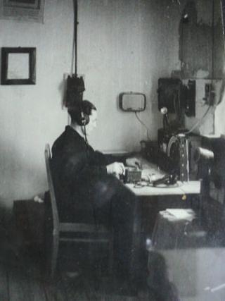 3=Старший диспетчер-радист Н. Кривопущенко на своем боевом посту