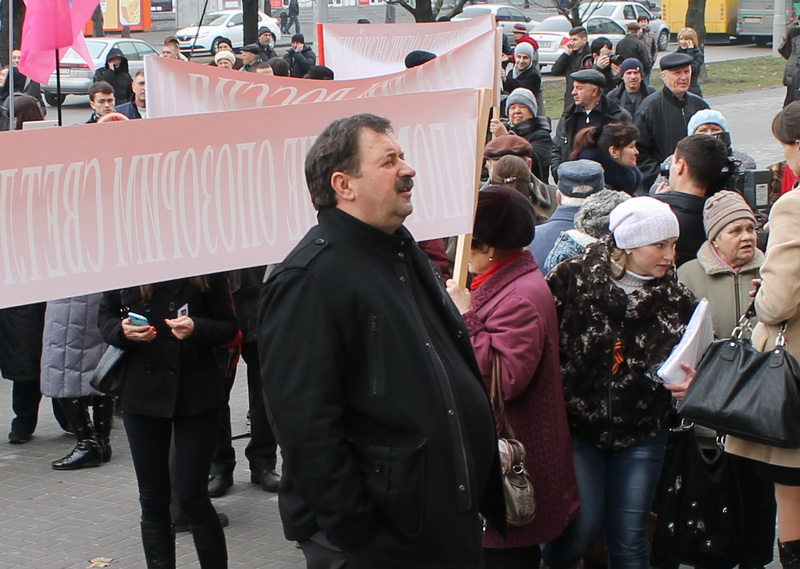 Андрей Демидов возле Запорожского горсовета. Март 2014 года.