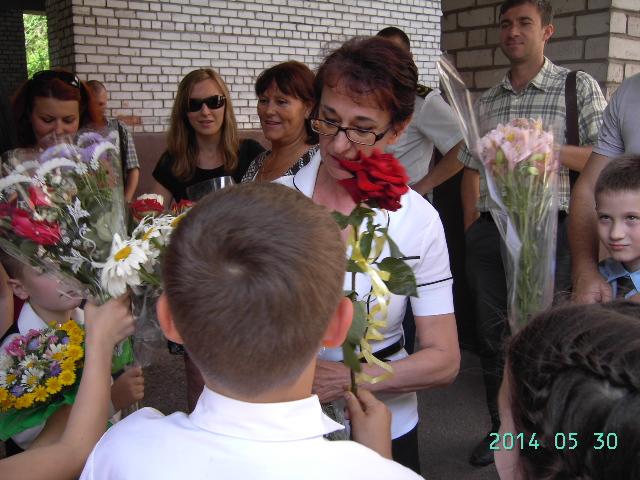 Второклассники дарят цветы своей учительнице Валентине Борисовне
