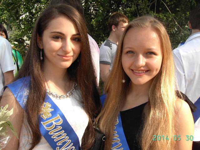 Девятиклассницы  Оля Харченко и Мери Симонян