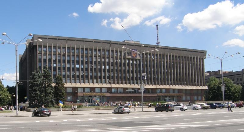 На здании облгосадминистраци и облсовета приспущен флаг