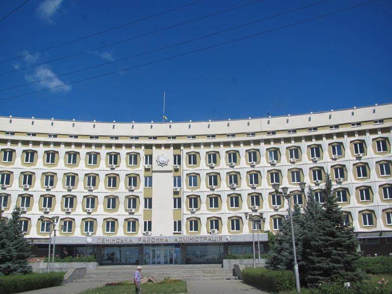 Ленинская райадминистрация Запорожья, председатель Кузьмин. Флаг приспущен