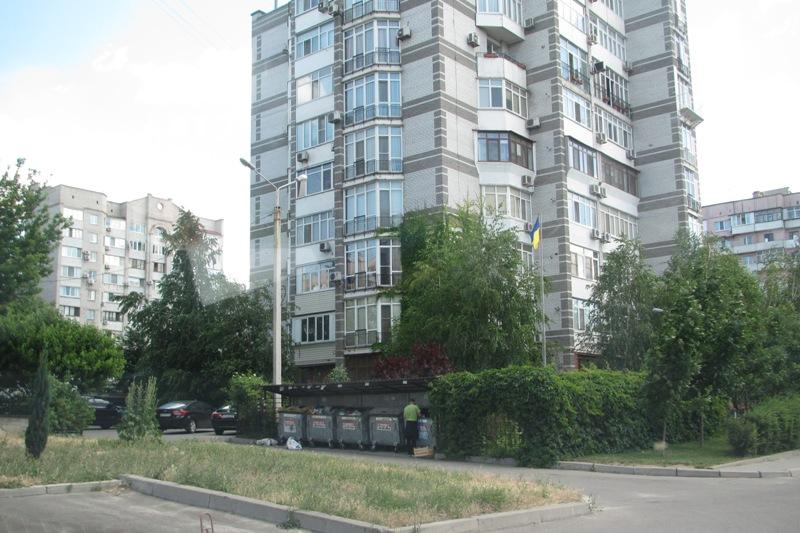 Флагшток во дворе элитного дома в Жовтневом районе Запорожья. Здесб проживают многие известные люди Запорожья