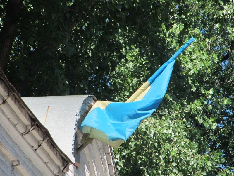 Вот этот флаг Запорожского райсуда. Повесили и забыли, работнички Фемиды