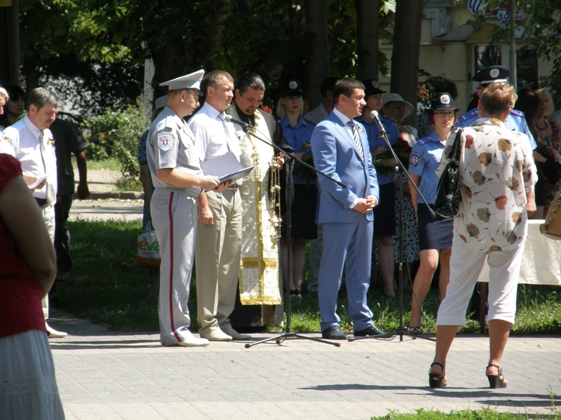 Выступает первый зам. губернатора Самардак с дежурной речью. Что такое свист пуль, он не знает