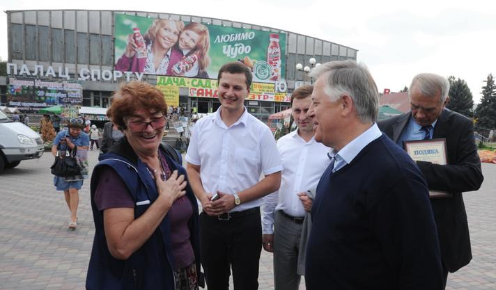 Симоненко и Зубчевский (в центре) на площади перед ДС Юность.  Скандалом пока не пахло