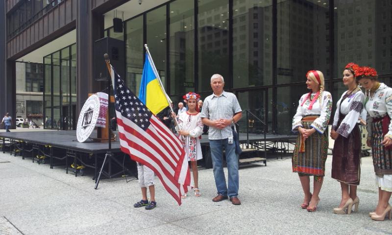 Василий Дедов (в центре) на украинском празднике в Чикаго
