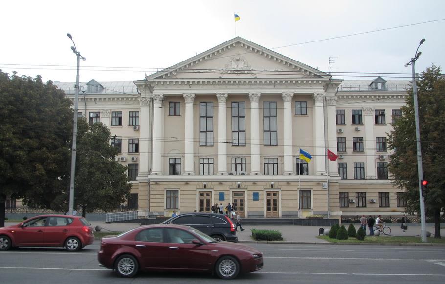 11.00. 10 сентября. Почти голая площадь перед зданием мэрии Запорожья