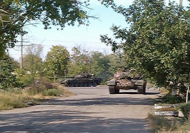 Российские танки в Новоазовске на перекрестках улиц