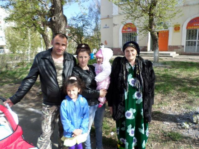 Жена Навруза Валамат с младшим сыном Шерзодом и его семьей