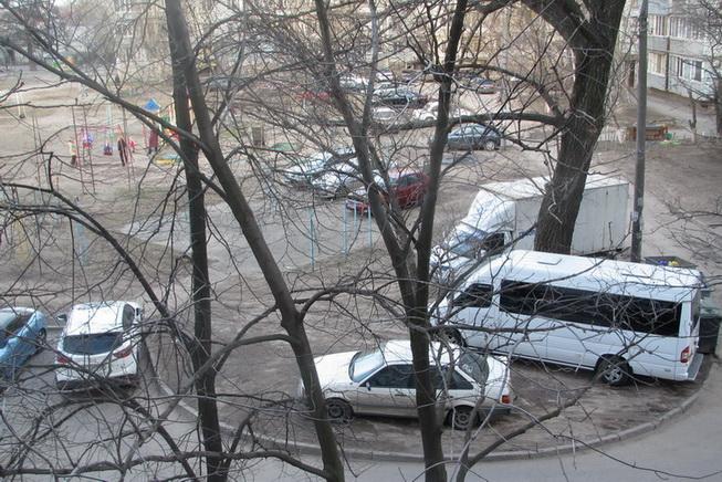 Двор по улице Мурманская, 5. Паркуются где попало