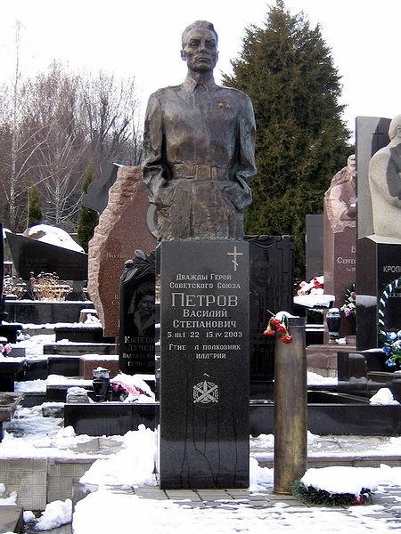 6.Надгробный  памятник  генерал-полковнику  В.С.  Петрову  ( Байковое  кладбище,  г.  Киев)