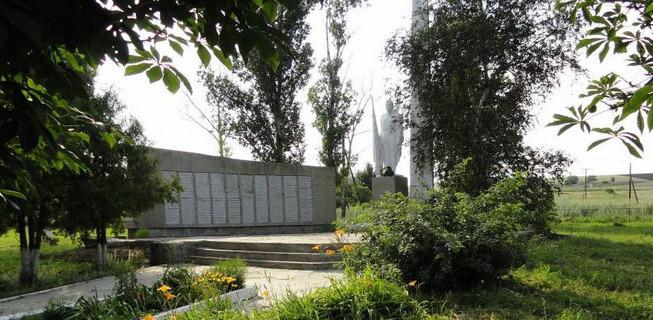 Памятник в селе Краснополье, на моей родине.