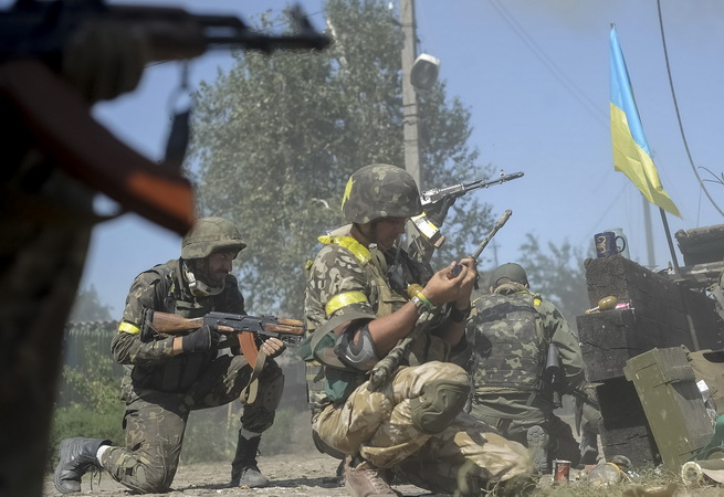 Ukrainian servicemen are seen at their position during fighting with pro-Russian separatists in the eastern Ukrainian town of Ilovaysk August 26, 2014. Ukrainian President Petro Poroshenko said on Tuesday that the only effective instrument for ending bloodshed in eastern Ukraine was effective border controls with Russia, and halting arms supplies to the rebels and releasing prisoners of war.  REUTERS/Maks Levin  (UKRAINE - Tags: POLITICS CIVIL UNREST)