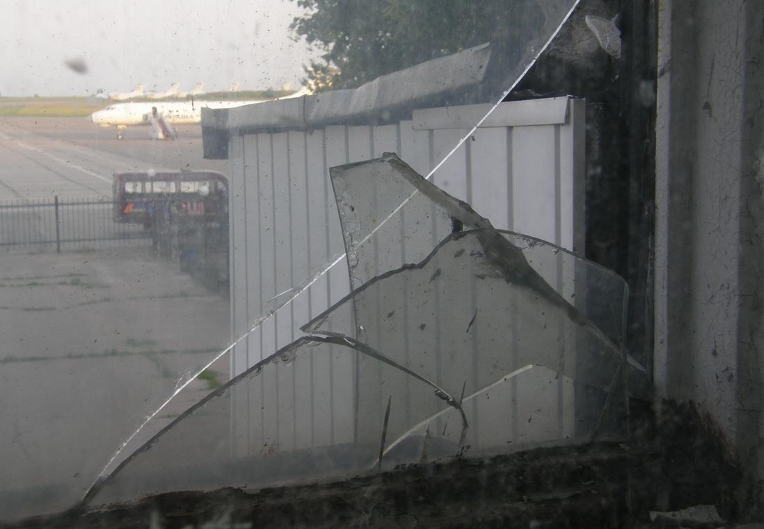 Взгляд из окна здания Запорожского аэропорта на летное поле. Фото ВВП
