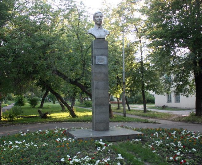 Бюст П. Осипенко в г. Липецке на улице Осипенко