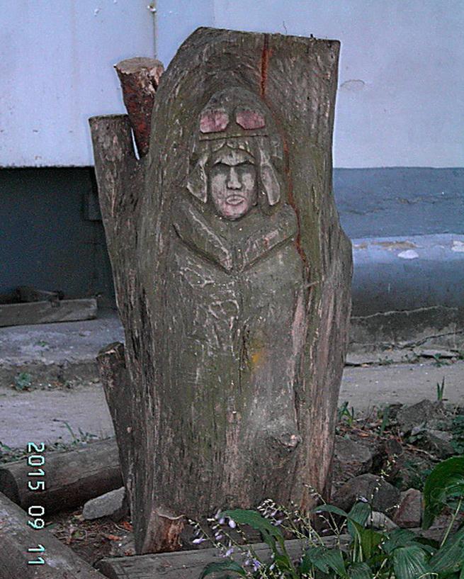 Самодельный памятник Полине Осипенко в Осипенковском микрорайоне Запорожья.