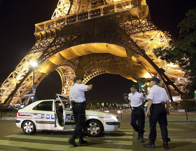 Bomb threat at Paris' Eiffel Tower