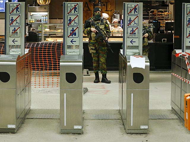 A Belgian soldier patrols in a subway station in Brussels, Belgium, in this November 25, 2015 file photo. REUTERS/Yves Herman/Files