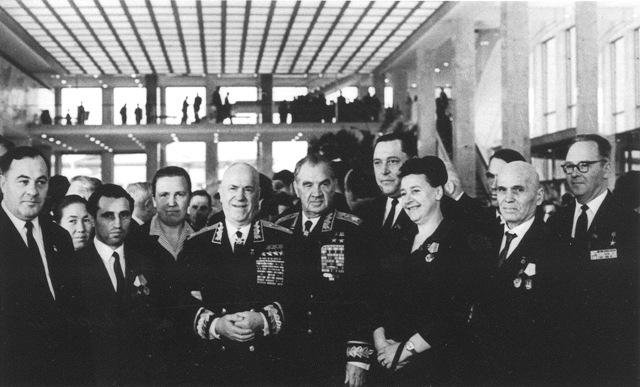 Жуков и Чуйков - в центре.