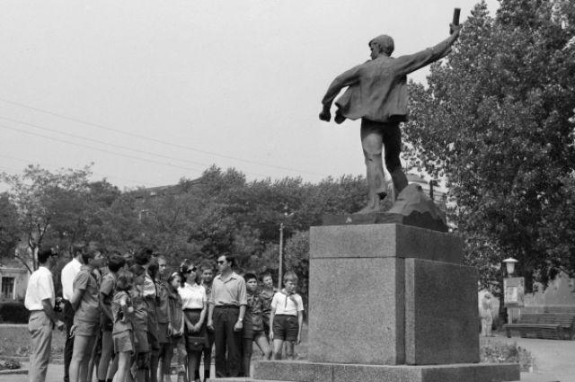 3.Памятник Вале Котику в Шепетовке