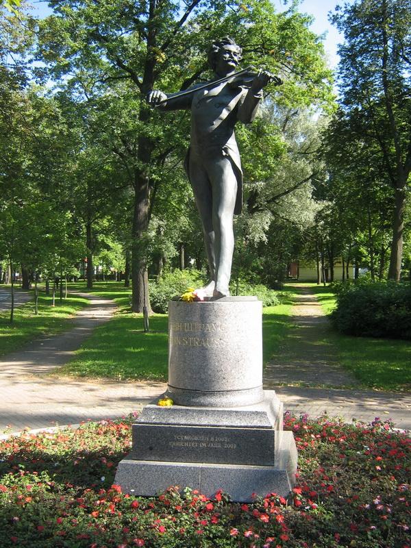 5. Памятник Штраусу младшему в Павловске