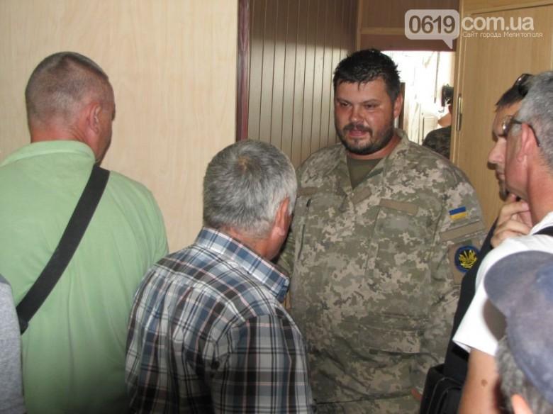 Гражданин в камуфляже с красным лицом и есть Алексеенко