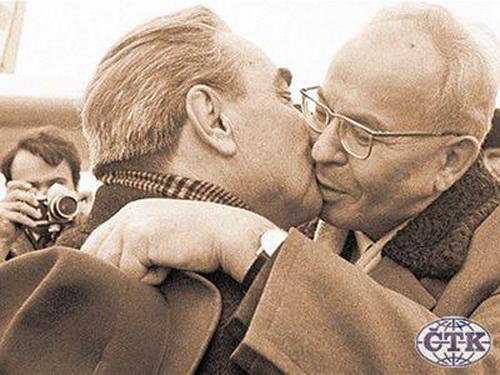 Подруги экспериментируют на поцелуе фото 143-38