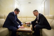 2.Виталий Ковальчук слева и Борис Ложкин играют в шахматы в Администрации Президента