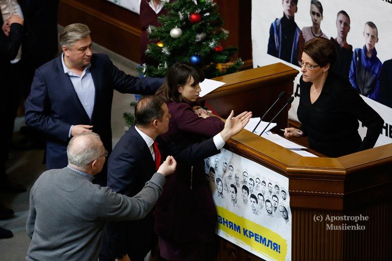 kak-deputaty-byudzhet-prinimali-nochnye-foto-iz-rady-napryazhennye-spory-son-i-aplodismenty_16