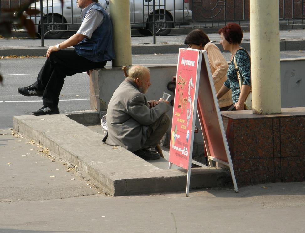 Пенсионер просит милостыню у подземного перехода в Запорожье. Фото ВВП
