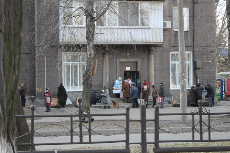 В Запорожье кормит бомжей на проспекте Металлургов Красный крест