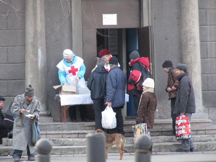 Обед для бомжей в Запорожье. Фото ВВП