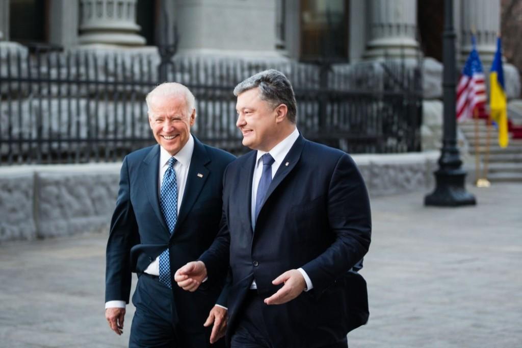 Байден и Порошенко куда-то идут. Куда - не говорят