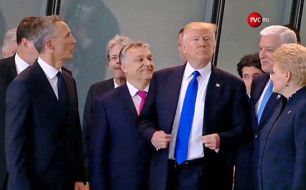 Трамп толкнул главу Черногории