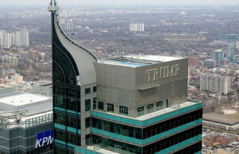 Трамп=отель в Торонто-с буквами на башне