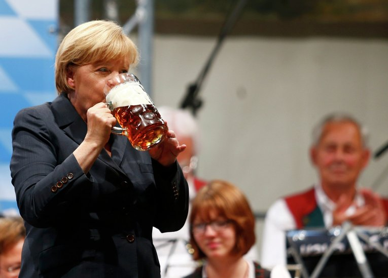 Меркель пьет пиво