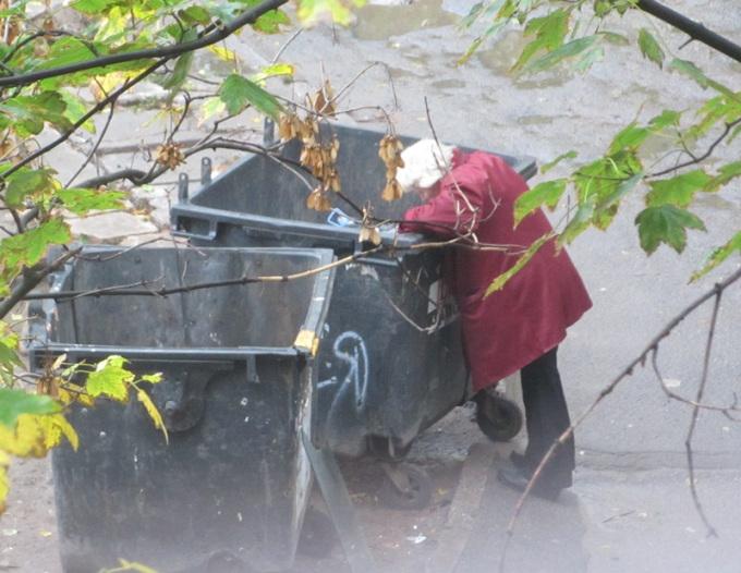 Запорожье пенсионерка в мусорке