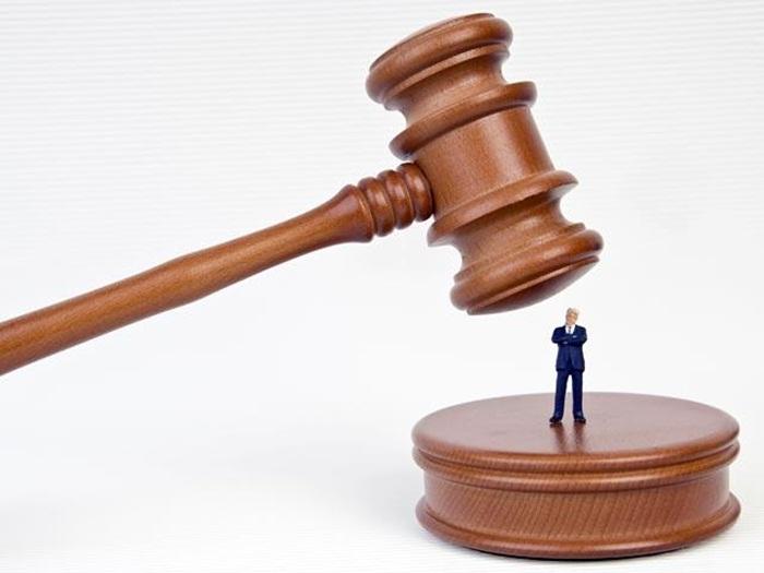 суд =человек под молотком