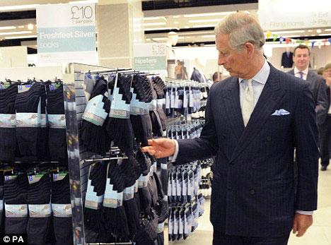 10. Чарльз выбирает носки, он знает в этом толк.